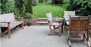 Kupuješ spoljni nameštaj za potpuni užitak u bašti? PROVERI kada se isplati ići u kupovinu!